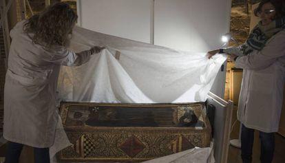 Isabel of Aragón's coffin.