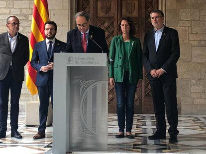 Catalan premier Quim Torra (c) speaks to the press on Saturday.