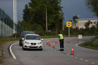 A Civil Guard officer at a traffic checkpoint.