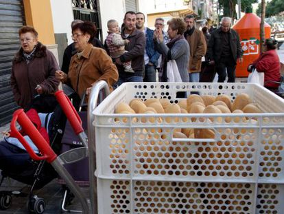 A line of people outside one of José Navarro's outlets in Quart de Poblet.
