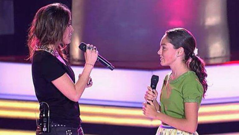 Spanish pop star Malú duets with a young contestant on 'La Voz Kids.'