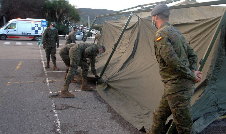 Soldiers set up a field hospital outside Cabueñes hospital in Gijón.