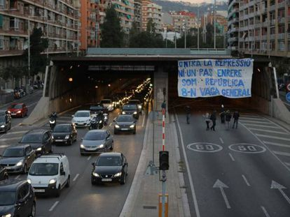 A pro-independence sign calling for an end to repression on Barcelona's Ronda del Mig road.