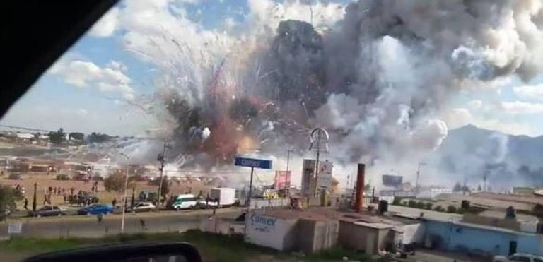 The moment of the explosion at the Tultepec market.