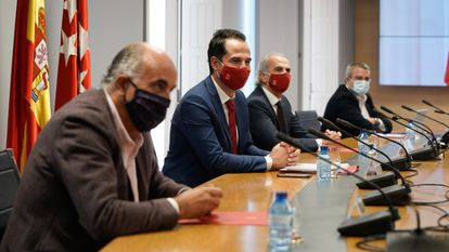 The Covid-19 working group meets in the office of Madrid's deputy premier Ignacio Aguado (2nd l).