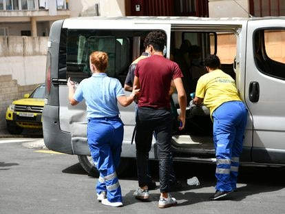 Workers transfer two migrant minors after their repatriation to Morocco was suspended on Monday.