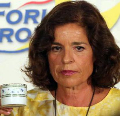 """Madrid Mayor Ana Botella jokes with the press about her famous """"café con leche"""" comment during her presentation to the Olympic Committee."""