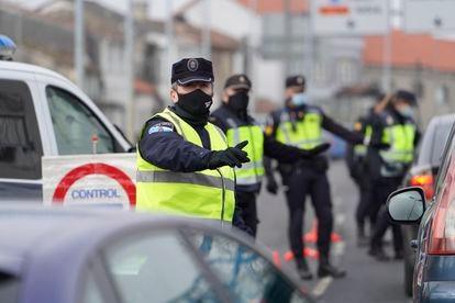 Police monitor cars leaving Santiago de Compostela in Galicia.