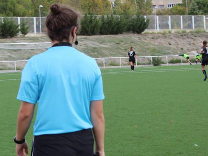 Alexandra García, as an assistant referee. In the video, the recording of some of the insults she received.