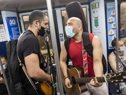 Alejandro Cainedo and Jonatan Quiroz playing on the metro in Madrid.