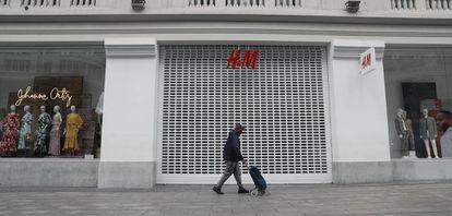 A closed H&M store on Madrid's Gran Vía.