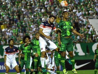 Cléber Santana jumps for the ball in a game against Cauteruccio.