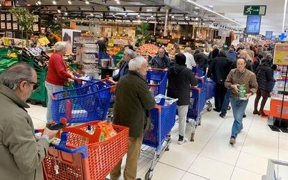 Long lines at a supermarket in Majadahonda (Madrid).
