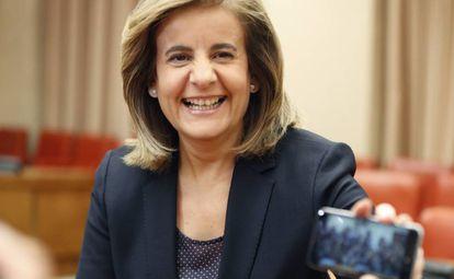 Employment Minister Fátima Báñez shares a joke with journalists on Monday.