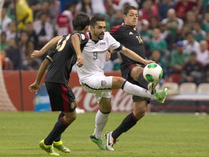 Manchester United's Javier Hernandez of Mexico (right) fights for the ball with the USA's Hércules Gómez in the Azteca stadium.