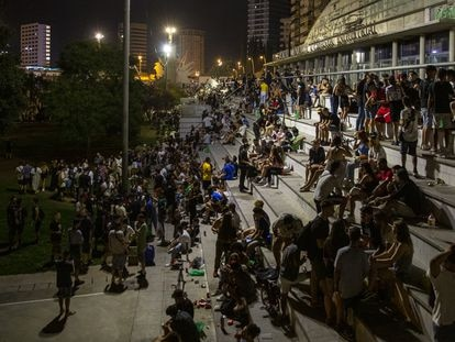 An outdoor drinking party in Barcelona.