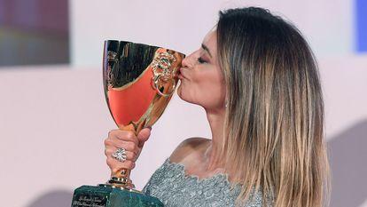 Penélope Cruz kisses the Copa Volpi on September 11 in Venice.