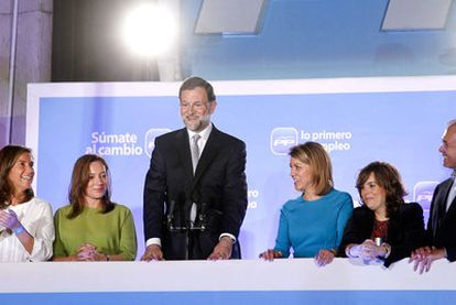 Mariano Rajoy salutes the crowd of PP sympathizers from the balcony of the party's HQ on Génova street. With him from left to right are: Ana Mato, Elvira Fernández, Rajoy's wife, Dolores de Cospedal and Soraya Sáenz de Santamaría.