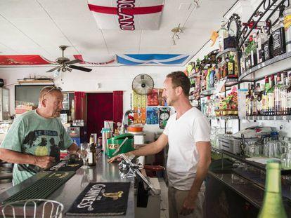 English customers at Jack's Bar, at the Marina de San Fulgencio.