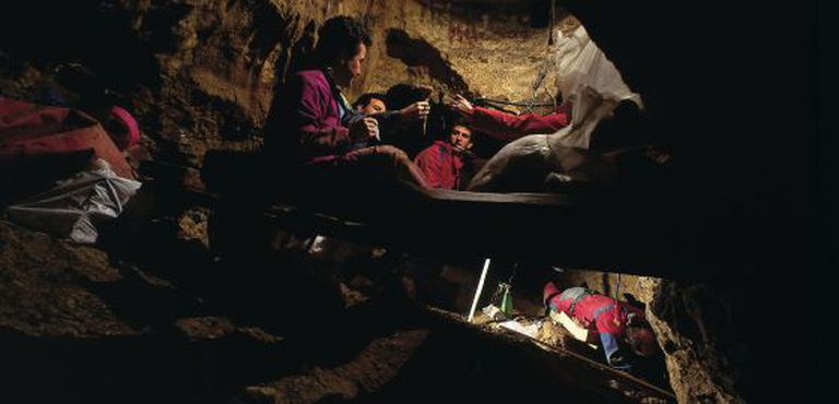 Researchers working inside Sima de los Huesos, in Atapuerca (Burgos).