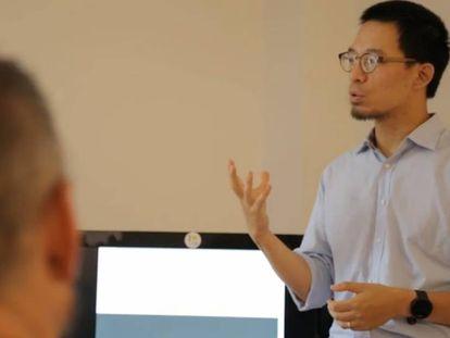 Jingru Bai teaches Madrid taxi drivers Chinese.