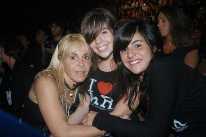 Claudia Villafañe with her daughters Dalma y Gianinna.