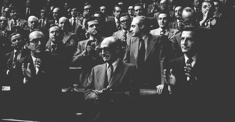 The prime minister of the time, Adolfo Suárez (front right), leads the applause in Congress after the Amnesty Law of October 14, 1977 was passed.