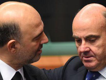 European economic affairs commissioner Pierre Moscovici (left) with Spanish Economy Minister Luis de Guindos.