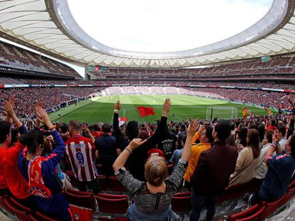 Fans in the stands of the Wanda Metropolitano Stadium during the match between Atlético and Barcelona.