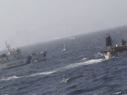 The Chinese fishing boat sunk by the Argentinean coast guard on Tuesday (Spanish captions).