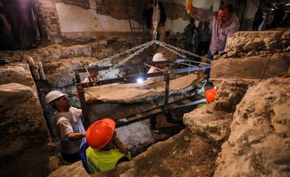 Workers remove the sarcophagus in Granada.