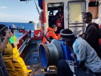 The 12 rescued migrants in international waters on November 22. In the video, images from the Spanish fishing boat 'Nuestra Madre Loreto.'