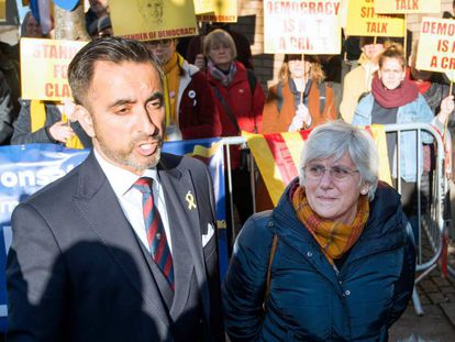 Former Catalan education minister, Clara Ponsatí, with her lawyer this Thursday.