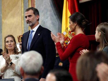 Felipe VI of Spain flanked by Congress Speaker Ana Pastor (l) and Queen Letizia.