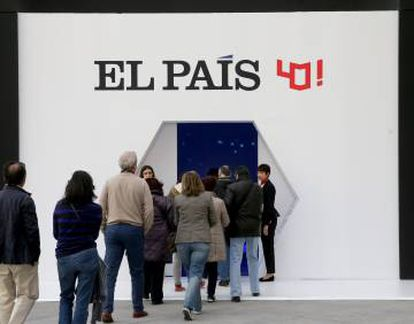 Visitors to the exhibition celebrating the 40th anniversary of EL PAÍS.