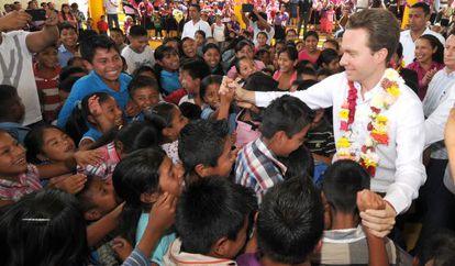 Chiapas Governor Manuel Velasco greets indigenous children in Tuzantán.