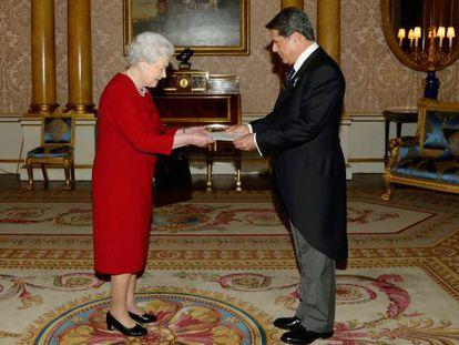 Federico Trillo presents his credentials to Queen Elizabeth as Spain's new ambassador to Britain.