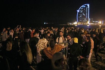 People drinking and dancing on the beach in Barceloneta (Barcelona) in May, after the state of alarm had been lifted.