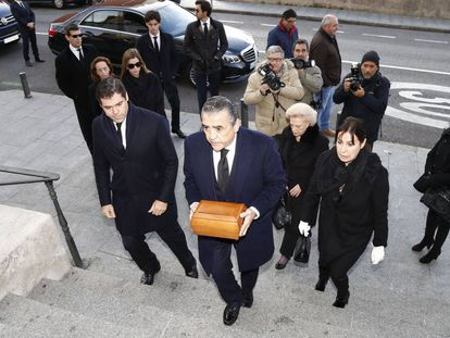Jaime Martínez-Bordiú (c), Carmen Martínez-Bordiú (r), Luis Alfonso de Borbón (l) at the funeral for Carmen Franco, the daughter of the Spanish dictator, on December 31, 2017.