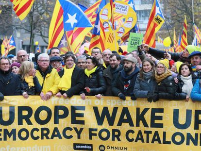 Ousted Catalan premier Carles Puigdemont (c) at Thursday's demonstration in Brussels.