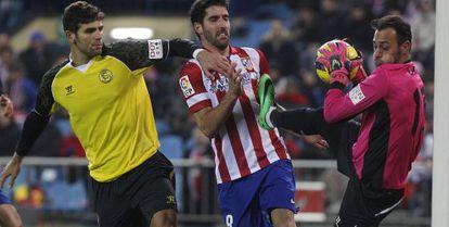Atlético's Raúl García is frustrated by Sevilla goalpeeper Beto.