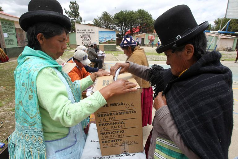 A Bolivian woman casts her ballot in Patamanta.