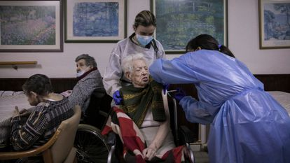 A resident of the Gravi de Polinyá nursing home in Barcelona is inoculated with the Pfizer vaccine.