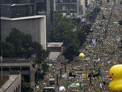 Protestors on Paulista Avenue in São Paulo (Spanish captions).