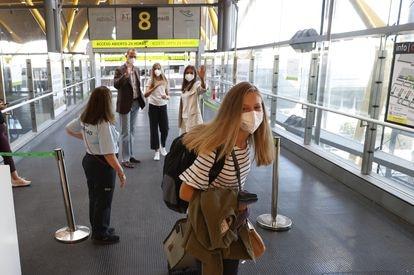 La princesa Leonor se despide de su familia en el aeropuerto de Madrid-Barajas.