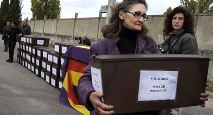 María Delgado carries a casket during the ceremony in Aranda de Duero involving the remains of one of 129 people executed by the Falange.