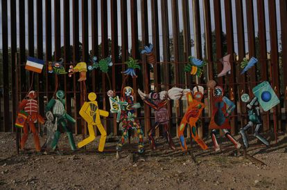 An ad-hoc art installation on the Mexican side of the border fence at Nogales.