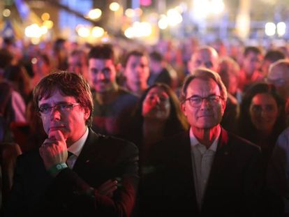 Regional premier Carles Puigdemont (l) with his predecessor Artur Mas at the rally on Friday night.