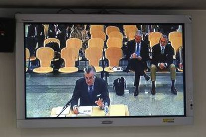 A TV monitor shows Luis Bárcenas testifying on Monday and Francisco Correa sitting in the first row (right).