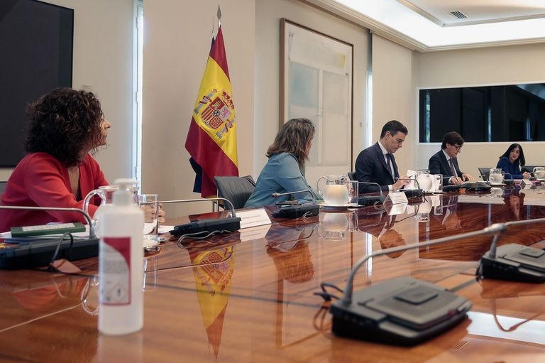 Prime Minister Pedro Sánchez (third from right) during Sunday's video call with Spain's regional chiefs.